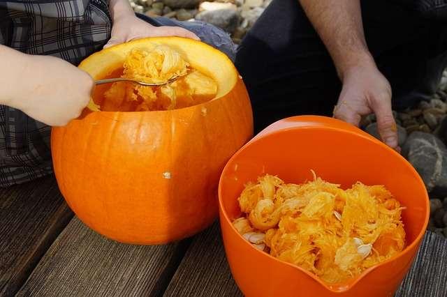 Svuotare la zucca di Halloween